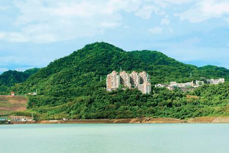 風情照片-石門山與溪洲山相對。圖/郭李再忠