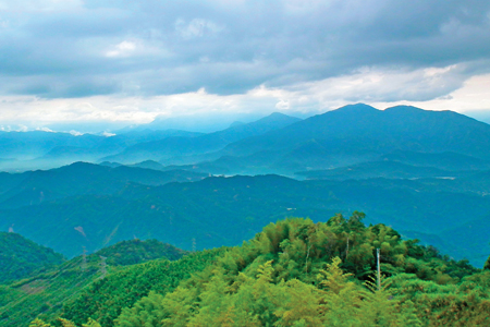 風情照片-遠眺日月潭山景。圖/陳素恩