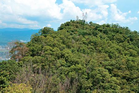 風情照片-由南港山南峰遙望主峰,其上有電信微波塔。