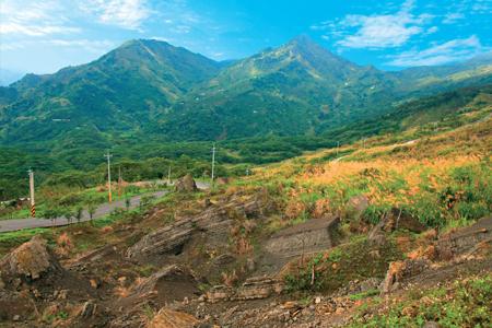 風情照片-九份二山以其雙峰並峙山形得名。圖/崔祖錫