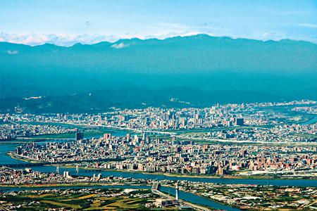 風情照片-大屯山頂展望台北市、南湖與雪山。