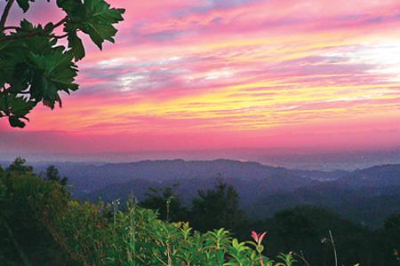 風情照片-建於山腰餐廳拍攝的夕陽餘暉。(法蝶餐廳提供)