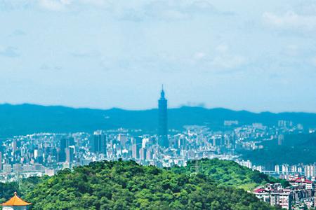 風情照片-立於山頂可遠眺台北101大樓。圖/林明慶