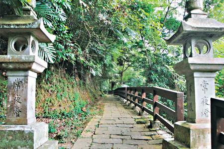 風情照片-獅頭山古道的古徑及石燈。
