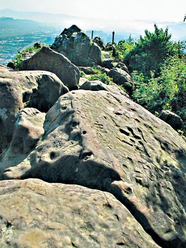 風情照片-山頂怪石羅列。圖/林明慶