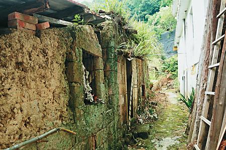 風情照片-更寮古道的土埆厝。
