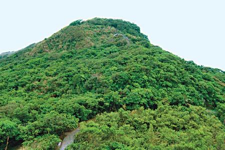 風情照片-渾圓山形的大武崙山。