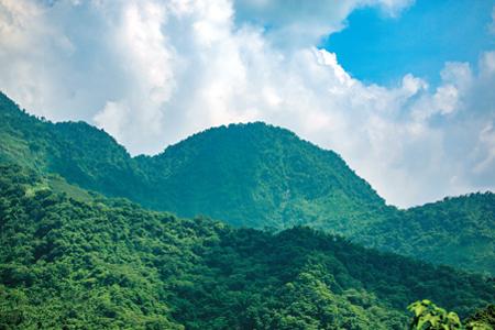 風情照片-狀似酒桶山型的暗影山。圖/吳俊霖