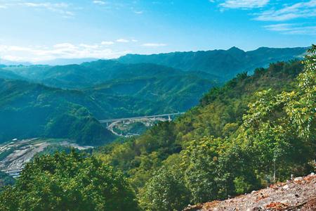 風情照片-自埔里觀音山可遠眺褶曲的九份二山峰情。