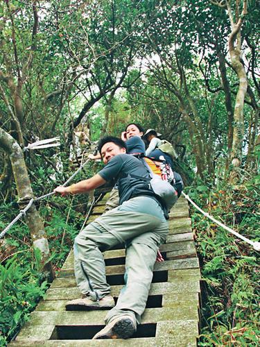 風情照片-攀登獅面天梯。