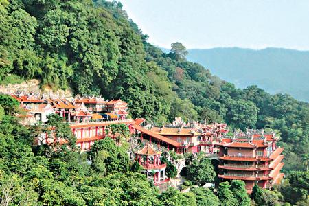 風情照片-山腰著名的勸化堂(左上)及輔天宮(中)。