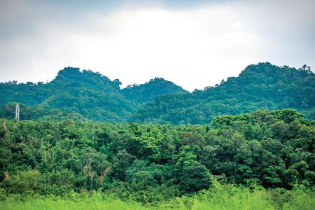 風情照片-林牛山(左)與聚興山(中)連稜。圖/吳俊霖