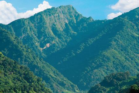 風情照片-矗立於大安溪畔的馬那邦山。圖/張賀融