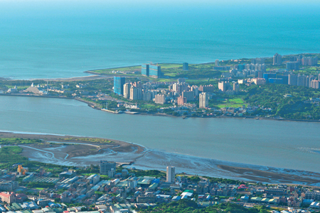風情照片-峰頂展望淡水河出海口。