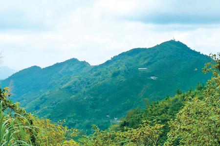 風情照片-大湖尖山產道眺(右起)鳩州嶺、三寶山、黑心石山連峰。