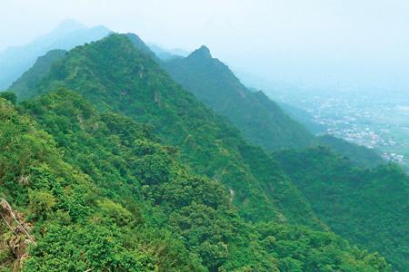 風情照片-山頂北眺金字面山連峰。