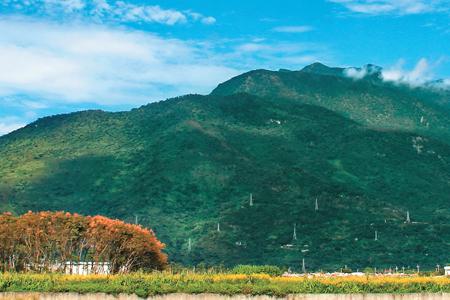 風情照片-初音山景色與後方「木瓜山」相連。