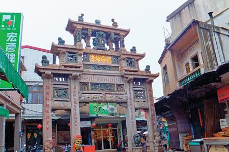 風情照片-貞節牌坊位於金城東門靈濟寺旁,已列為國定古蹟。圖/陳素恩