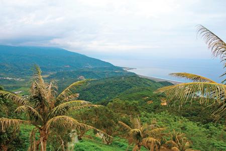 風情照片-山頂眺台東海岸及太平洋。圖/陳素恩