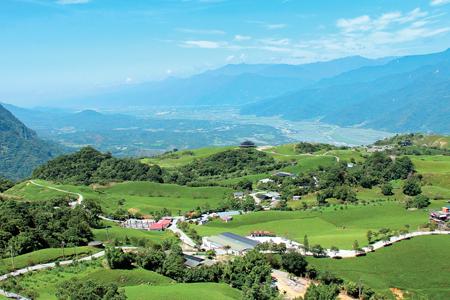 風情照片-六十石山旖旎景觀( 左為安土堀山)。