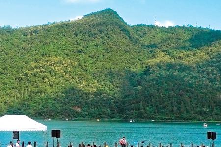 風情照片-鯉魚山與鯉魚潭相連。