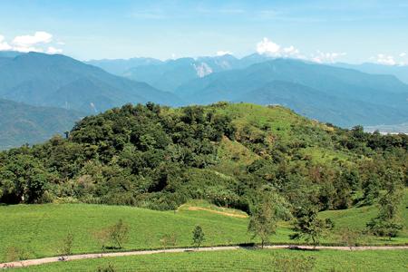 風情照片-秀麗的萬人山對望遠方的新康山。