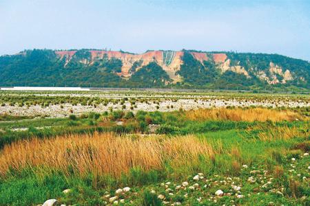 風情照片-壯麗的鐵砧山位於大安溪畔。